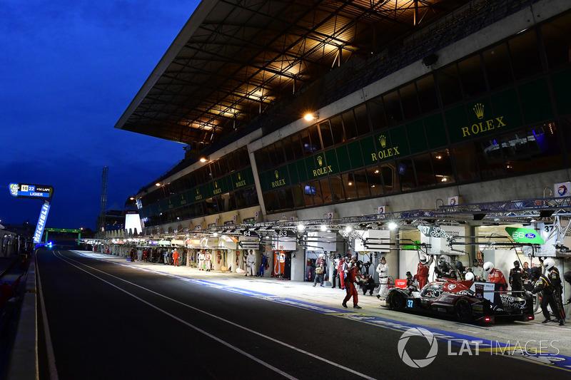 #37 Jackie Chan DC Racing Oreca 07 Gibson: Jazeman Jaafar, Weiron Tan, Nabil Jeffri, pit stop