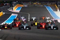 Lewis Hamilton, Mercedes AMG F1 W09, devant Valtteri Bottas, Mercedes AMG F1 W09, Sebastian Vettel, Ferrari SF71H, et Max Verstappen, Red Bull Racing RB14, au départ