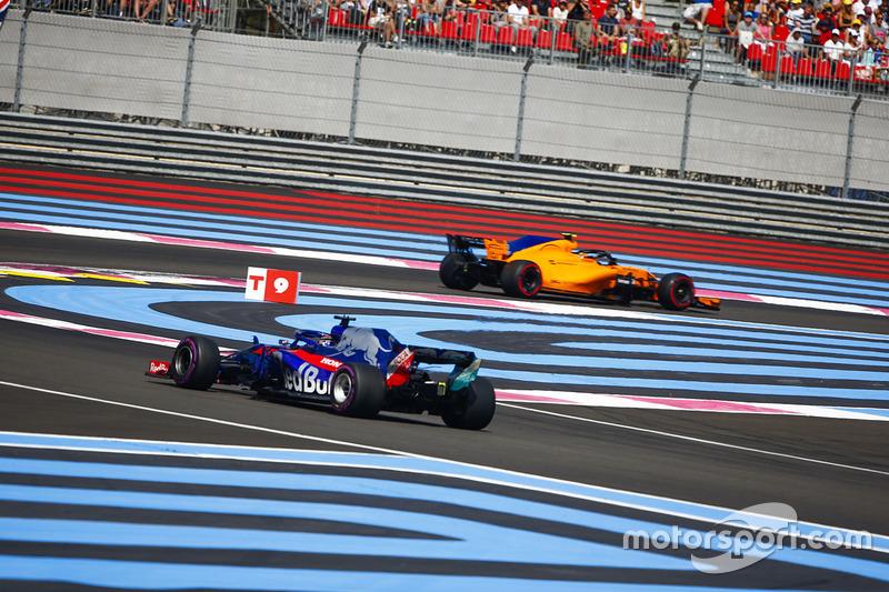Stoffel Vandoorne, McLaren MCL33, precede Brendon Hartley, Toro Rosso STR13