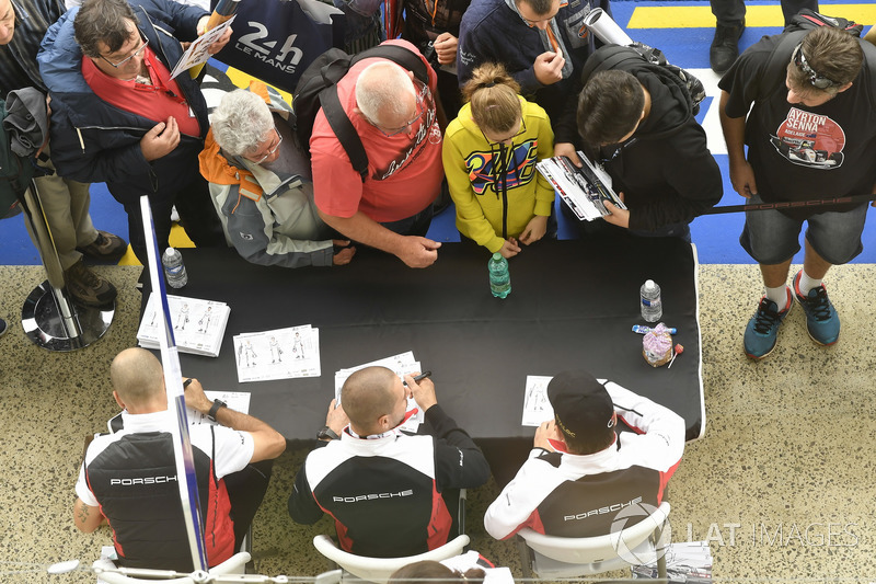 #91 Porsche GT Team Porsche 911 RSR: Richard Lietz, Gianmaria Bruni, Frédéric Makowiecki, autograph session