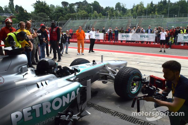 Aldo Costa, responsabile Progetto e Sviluppo Mercedes AMG F1, esce dal box