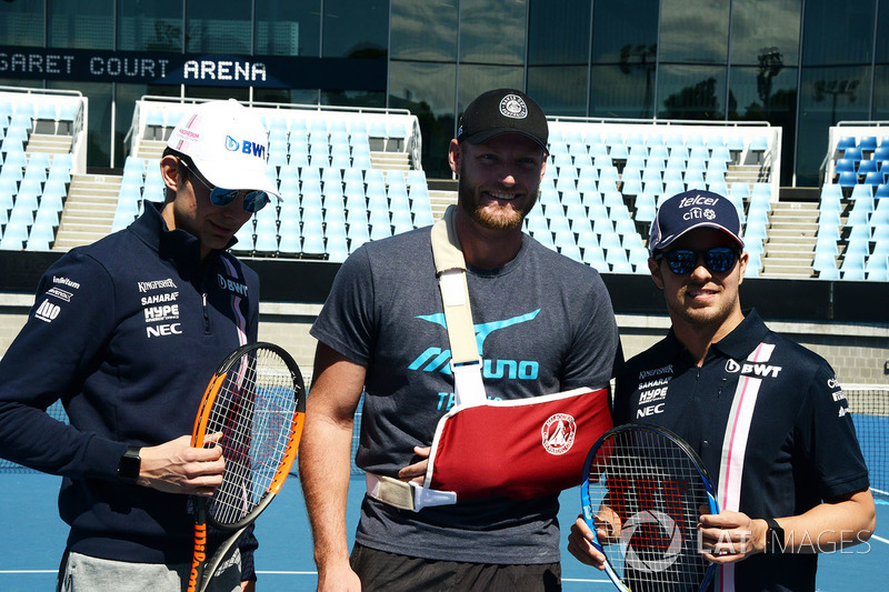 Esteban Ocon, Force India F1 y Sergio Perez, Force India con Sam Groth, tenista, en Melbourne Park