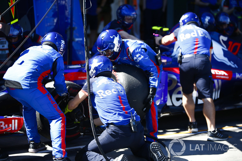 The Toro Rosso pit crew change tyres on the car of Pierre Gasly, Toro Rosso STR13 Honda