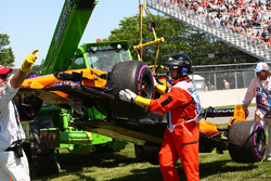Stoffel Vandoorne, McLaren MCL33 stops on track after hitting the wall in FP2