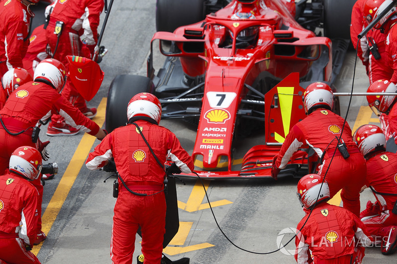 Kimi Raikkonen, Ferrari SF71H, hace un pit stop