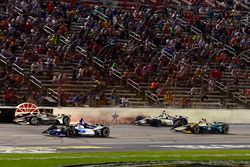 Crash de Will Power, Team Penske Chevrolet, Zachary Claman De Melo, Dale Coyne Racing Honda