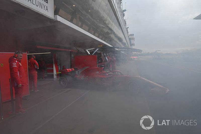 Sebastian Vettel, Ferrari SF71H, keluar garasi di tengah kepulan asap