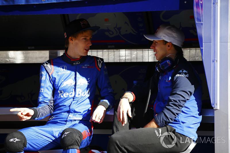 Brendon Hartley, Scuderia Toro Rosso, Pierre Gasly, Scuderia Toro Rosso, conversa en el pit de Scuderia Toro Rosso