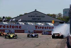 Sébastien Bourdais, Dale Coyne Racing with Vasser-Sullivan Honda prend la tête après le contact entre Robert Wickens, Schmidt Peterson Motorsports Honda et Alexander Rossi, Andretti Autosport Honda