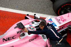 Sergio Pérez, Force India, es empujado a su garaje en el pit lane