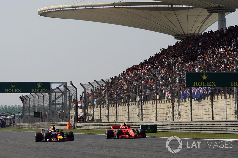 Daniel Ricciardo, Red Bull Racing RB14 y Kimi Raikkonen, Ferrari SF71H batalla