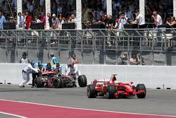 Felipe Massa, Ferrari F2008, yarış dışı kalan Lewis Hamilton, McLaren Mercedes MP4/23'ü geçiyor