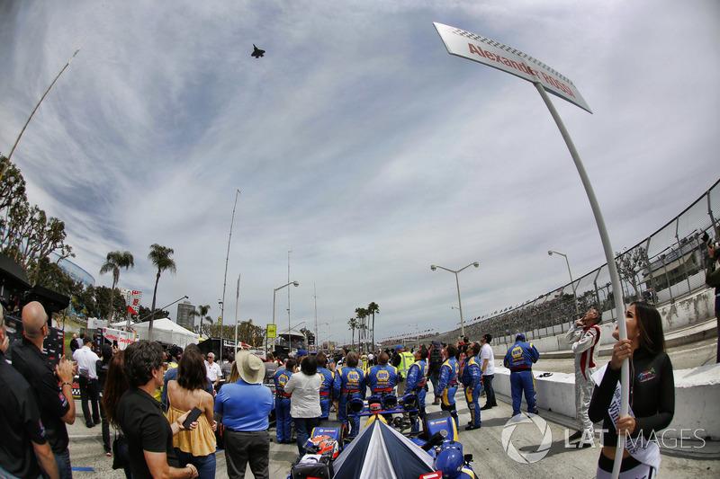 Alexander Rossi, Andretti Autosport Honda, alors qu'un F-35 passe dans le ciel