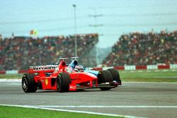 Eddie Irvine, Ferrari, en Alexander Wurz, Benetton