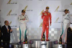 Sebastian Vettel, Ferrari, Valtteri Bottas, Mercedes-AMG F1 e Lewis Hamilton, Mercedes-AMG F1 festeggiano sul podio