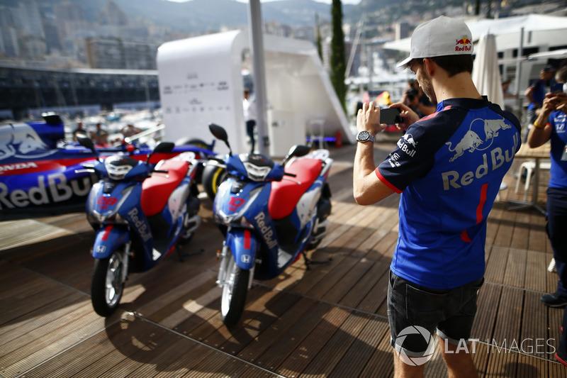 Pierre Gasly, Toro Rosso, toma una foto de las motocicletas Honda