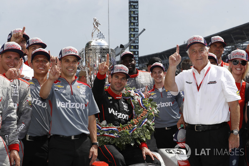 Гонщик Team Penske Chevrolet Уилл Пауэр, Роджер Пенске и Дэвид Фаустино