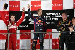 Le vainqueur Sebastian Vettel, Red Bull Racing, le second Fernando Alonso, Ferrari, le troisième Kimi Räikkönen, Lotus
