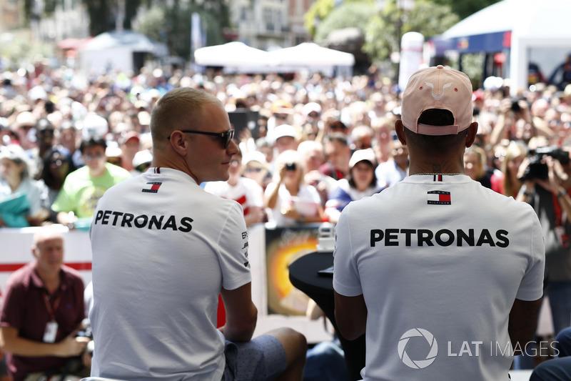 Valtteri Bottas, Mercedes-AMG F1 et Lewis Hamilton, Mercedes-AMG F1 sur scène