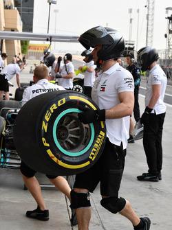 Mercedes AMG F1 mechanic with Pirelli tyre