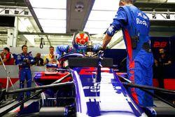 Brendon Hartley, Toro Rosso STR13 Honda, sube a su auto