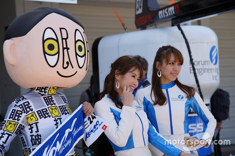 Grid girls and a mascot