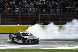 Победитель Кевин Харвик, Stewart-Haas Racing, Ford Fusion Jimmy John's