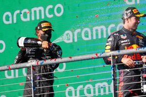 Podio: segundo lugar Lewis Hamilton, Mercedes, tercer lugar Sergio Pérez, Red Bull Racing