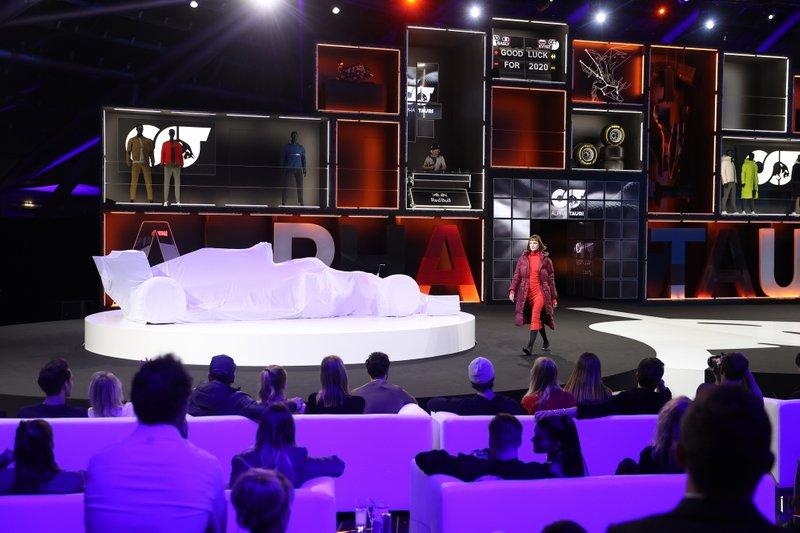 Gli artisti si esibiscono prima della presentazione