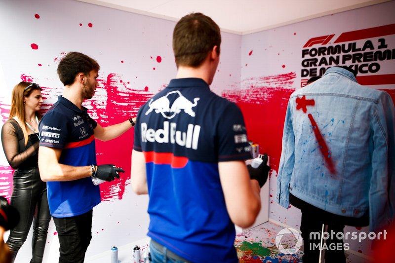 Daniil Kvyat, Toro Rosso y Pierre Gasly, Toro Rosso pintan una chaqueta con aerosol