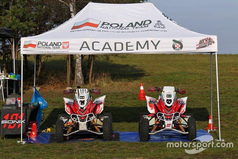 Quady Rafała Sonika - Z lewej ten, na którym zdobył Puchar Świata 2019, z prawej ten na Dakar 2020