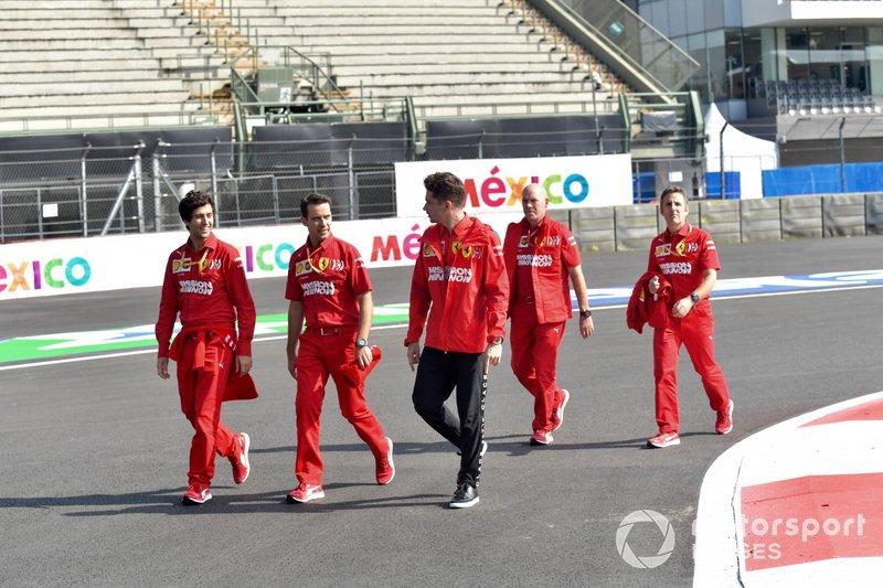 Charles Leclerc, Ferrari, ispeziona il tracciato con il suo team