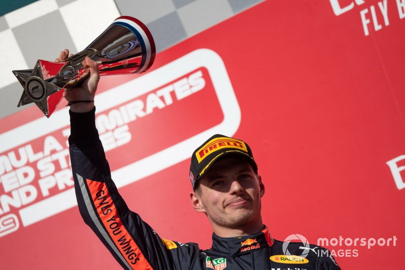 Max Verstappen, Red Bull Racing, terzo classificato, solleva il trofeo sul podio