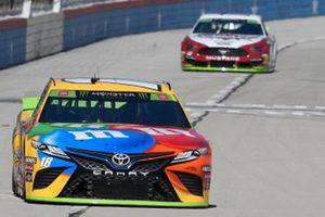 Kyle Busch, Joe Gibbs Racing, Toyota Camry M&M's, Ryan Blaney, Team Penske, Ford Mustang Wabash National