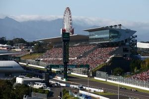 Antonio Giovinazzi, Alfa Romeo Racing C38, leads Lewis Hamilton, Mercedes AMG F1 W10