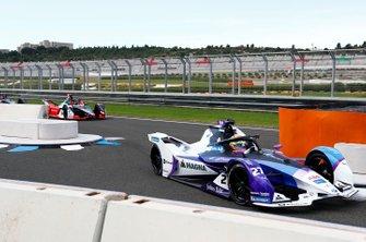 Alexander Sims, BMW I Andretti Motorsports, BMW iFE.20 davanti a Daniel Abt, Audi Sport ABT Schaeffler, Audi e-tron FE06