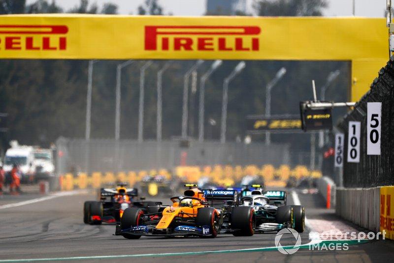 Lando Norris, McLaren MCL34, precede Valtteri Bottas, Mercedes AMG W10, e Max Verstappen, Red Bull Racing RB15