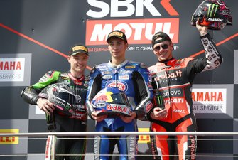 Podium: racewinaarToprak Razgatlioglu, Pata Yamaha, tweede plaats Alex Lowes, Kawasaki Racing Team, derde plaats Scott Redding, Aruba.it Racing Ducati