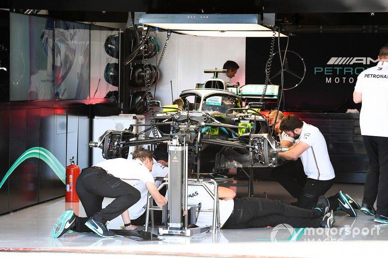 Meccanici al lavoro su una Mercedes AMG F1 W10