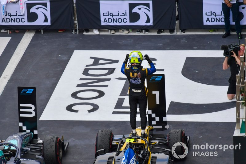 Luca Ghiotto, UNI Virtuosi Racing, viert de zege