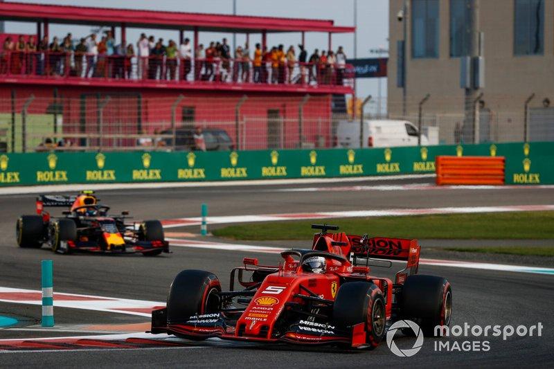 Sebastian Vettel, Ferrari SF90, precede Alexander Albon, Red Bull RB15