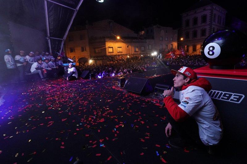 Marc Márquez e il fratello Álex festeggiano i titoli a Cervera