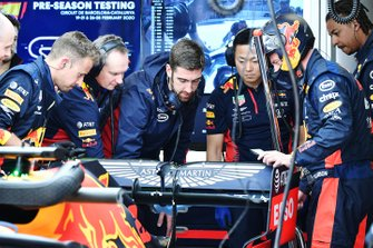 Механики Red Bull Racing и автомобиль RB16