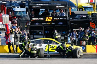 Ryan Blaney, Team Penske, Ford Mustang Menards/Pennzoil pit stop