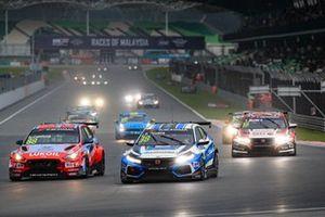 Ники Катсбург, BRC Hyundai N LUKOIL Racing Team, Hyundai i30 N TCR, и Жуан Паулу де Оливейра, KCMG, Honda Civic Type R TCR (FK8)