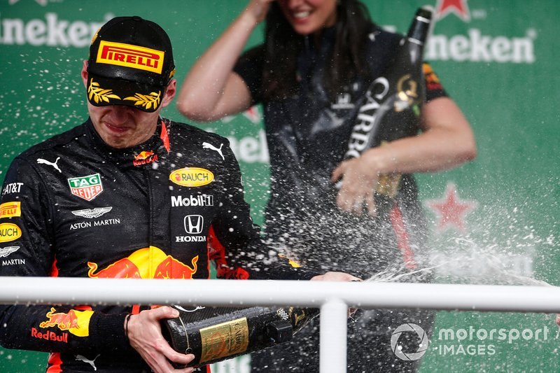 Max Verstappen, Red Bull Racing, 1° classificato, spruzza lo Champagne del vincitore