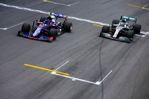 Pierre Gasly, Toro Rosso STR14 crosses the finish line followed by Lewis Hamilton, Mercedes AMG F1 W10