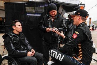 Oliver Askew, Arrow McLaren SP Honda chats with Gil de Ferran and Robert Wickens