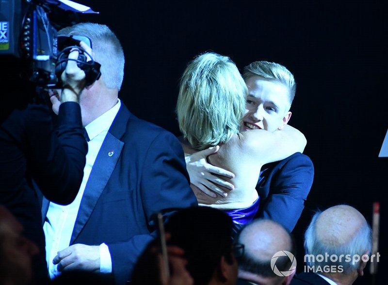 Johnathan Hoggard celebra con amigos el Premio al Joven Británico del año