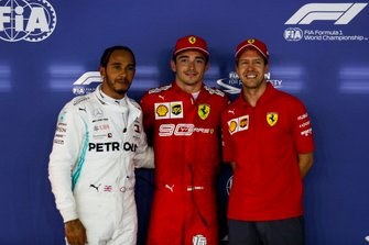 Segundo Lewis Hamilton, Mercedes AMG F1, ganador de la pole Charles Leclerc, Ferrari y tercero Sebastian Vettel, Ferrari en Parc Ferme